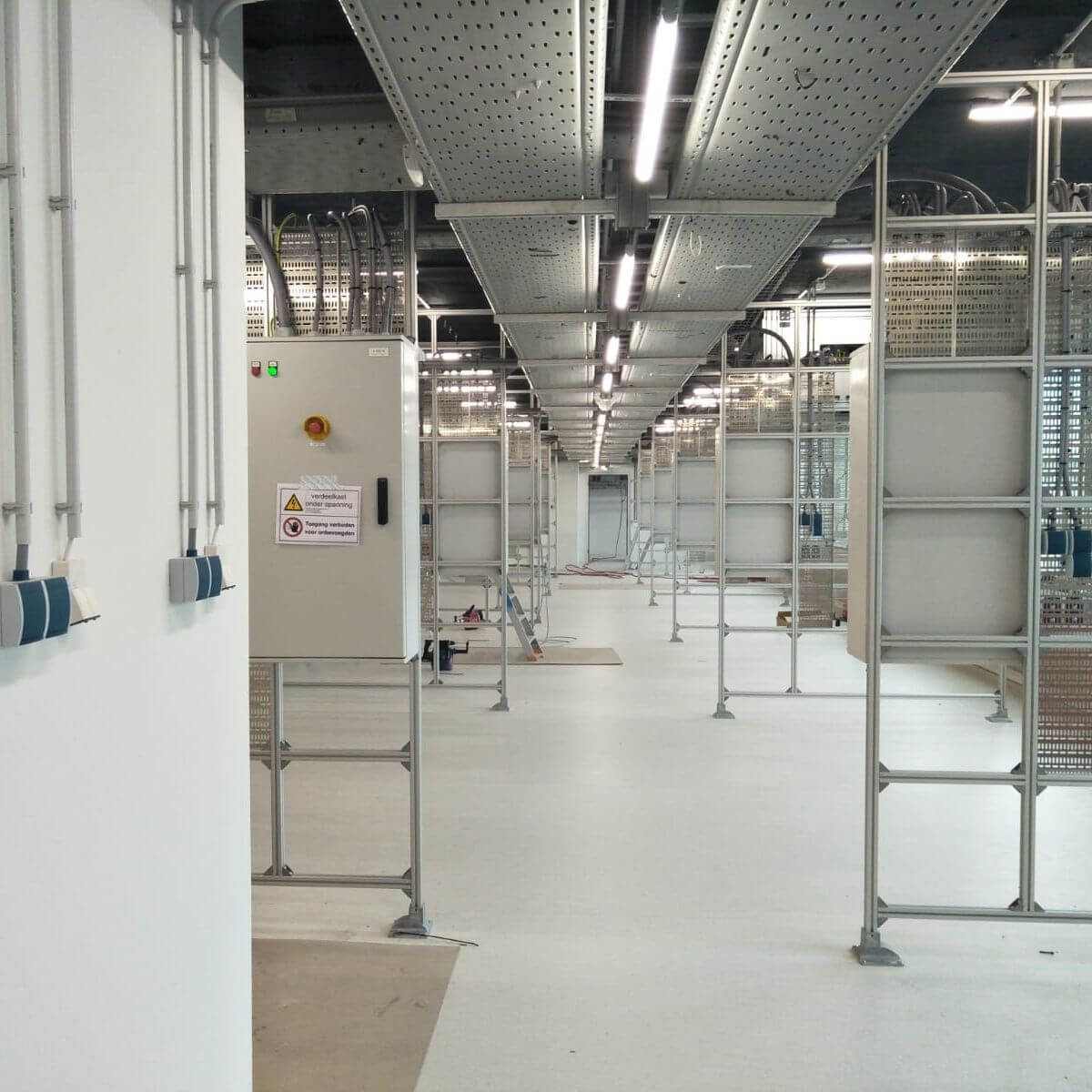 Cleanrooms and laboratory<em>Maintenance-free luminaires with a very long lifespan are of great importance for the continuity of a controlled cleanroom environment</em>